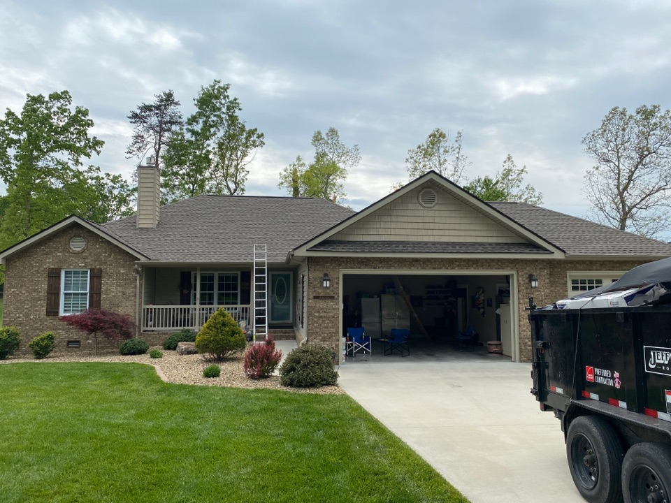 Crossville, TN - Jeff woods construction installed these GAF Timberline HDZ Weathered Wood shingles on this beautiful golf-front home in Fairfield Glade today. Another happy customer!