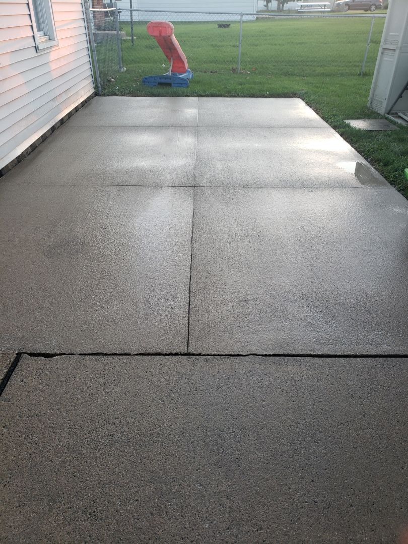 Celina, OH - Wash and seal concrete patio / driveway