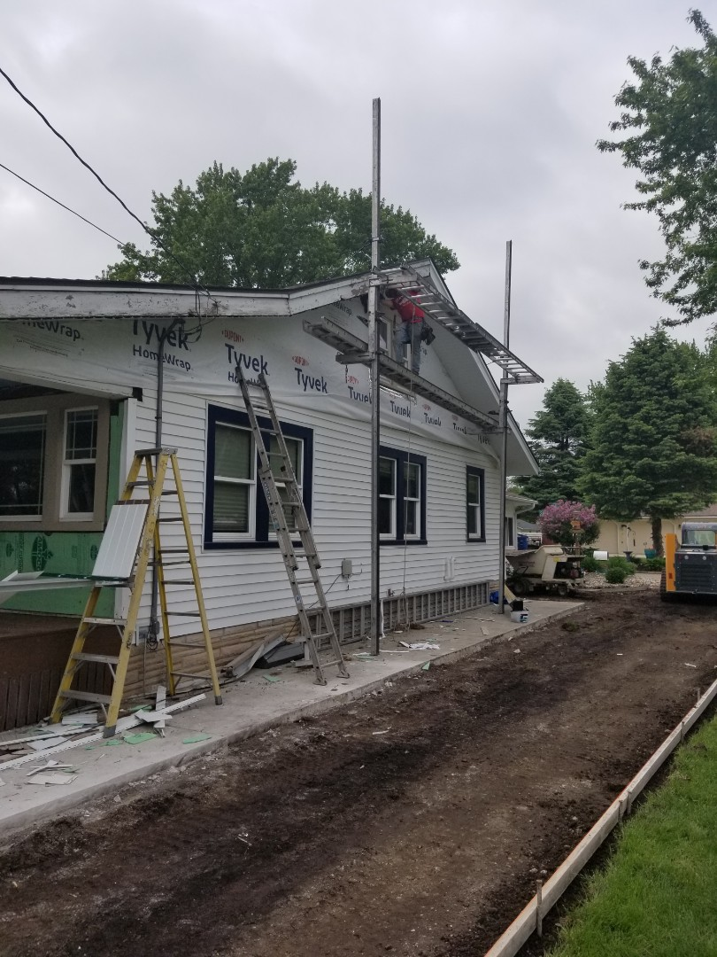 Des Moines, IA - Vinyl shake siding, deck's window trim and soffit and fascia install in Des Moines.