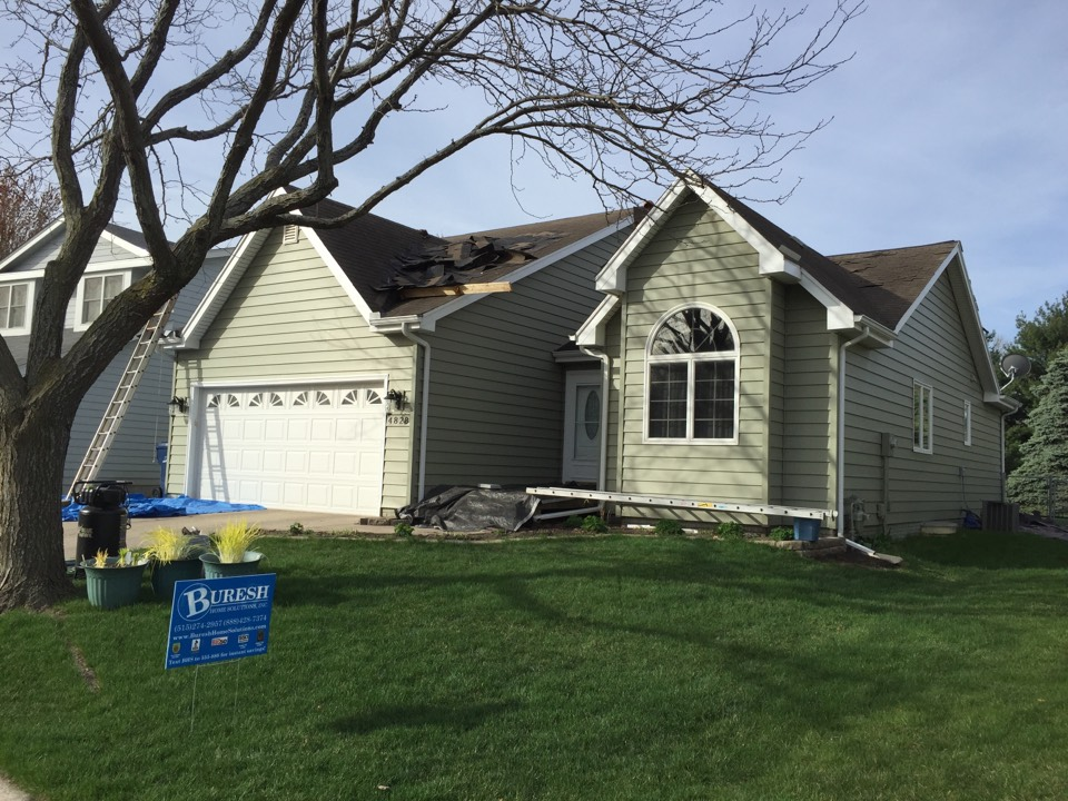 Urbandale, IA - Perfect day for roofing installing new Owens Corning Duration asphalt roof on this home