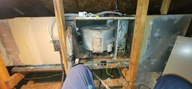 Port St. Lucie, FL - Air conditioning system 18 years old; provided customer with free estimate to replace in his budget and to fit his needs.
