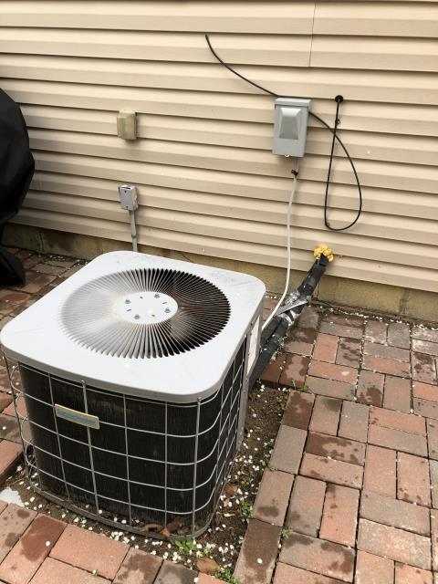 Canal Winchester, OH - I Found common wire from compressor burnt off common terminal at capacitor, Common side is melted/damaged. Capacitor needs replaced, also wiring needs repaired. Replaced capacitor and cleaned up wiring on the 2004 Comfortmaker.