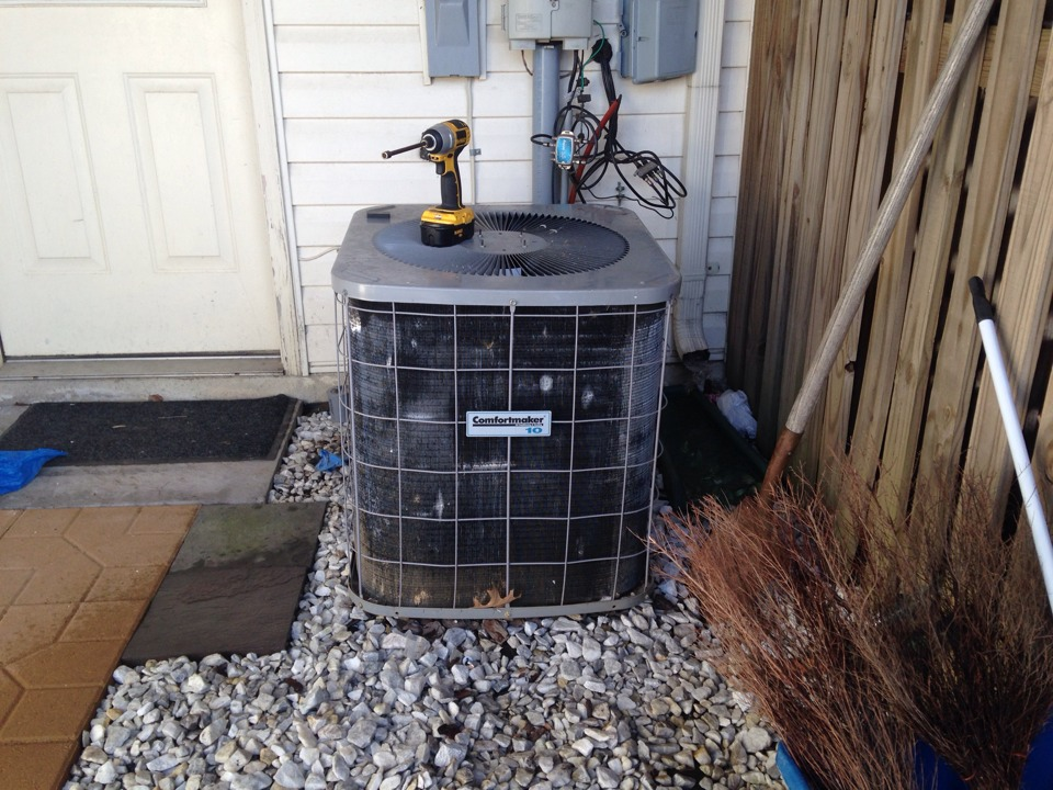 Leesburg, VA - Replaced a dual capacitor and reversed fan rotation on a Comfortmaker condensing unit.