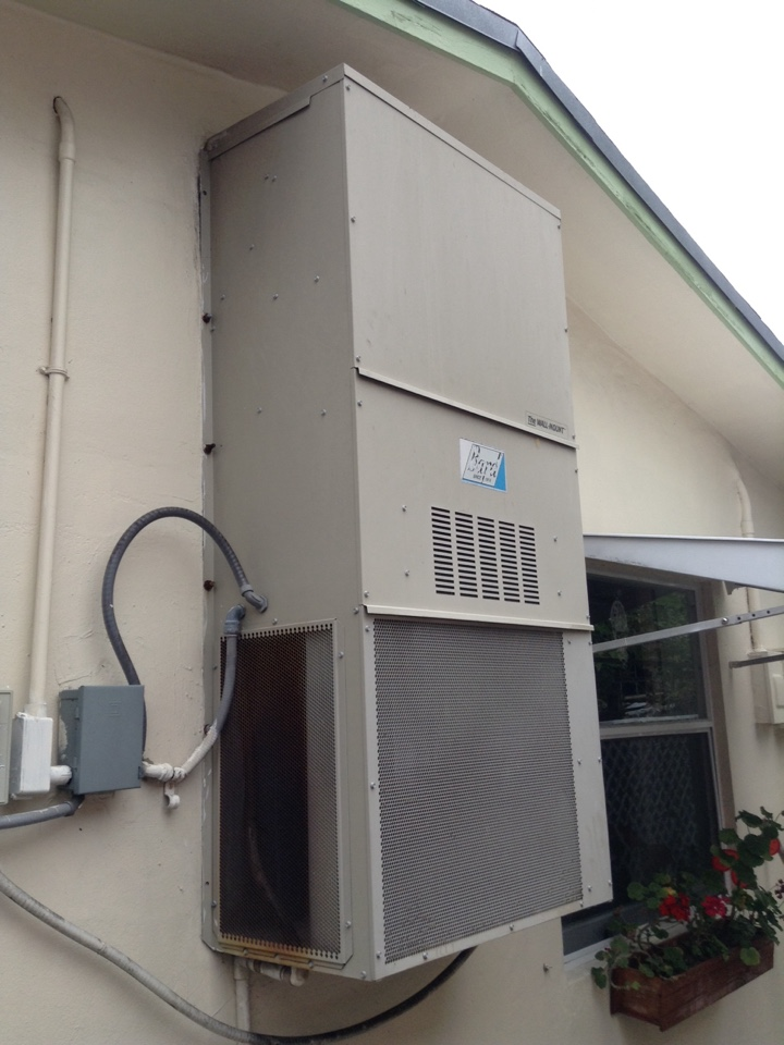 North Lauderdale, FL - Maintenance Call. Perform routine maintenance on air conditioning package unit.
