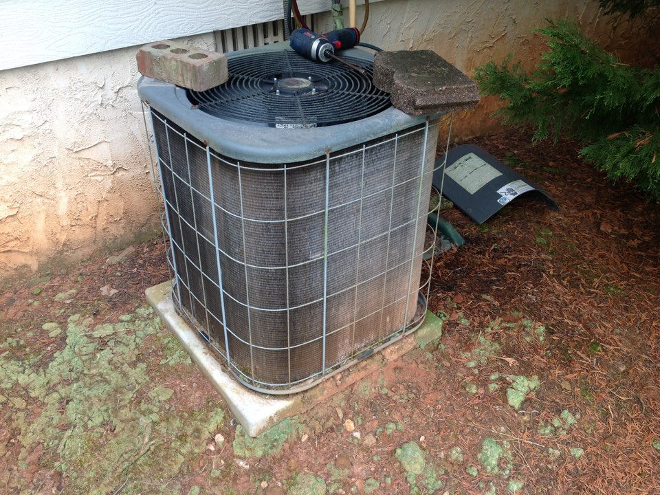 Riverdale, GA - Air Conditioning Repair on an Amana!