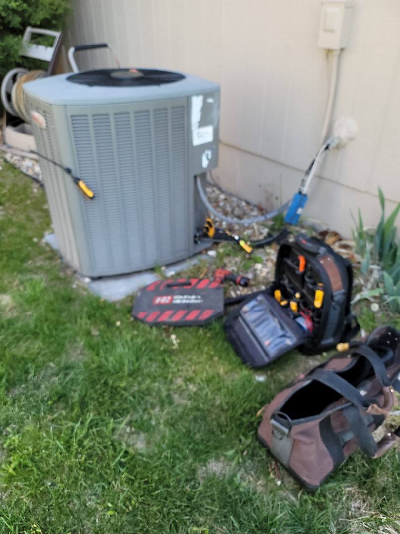 Kansas City, MO - Lennox Air Conditioner clean and check. Coves neighborhood with a filter change out.