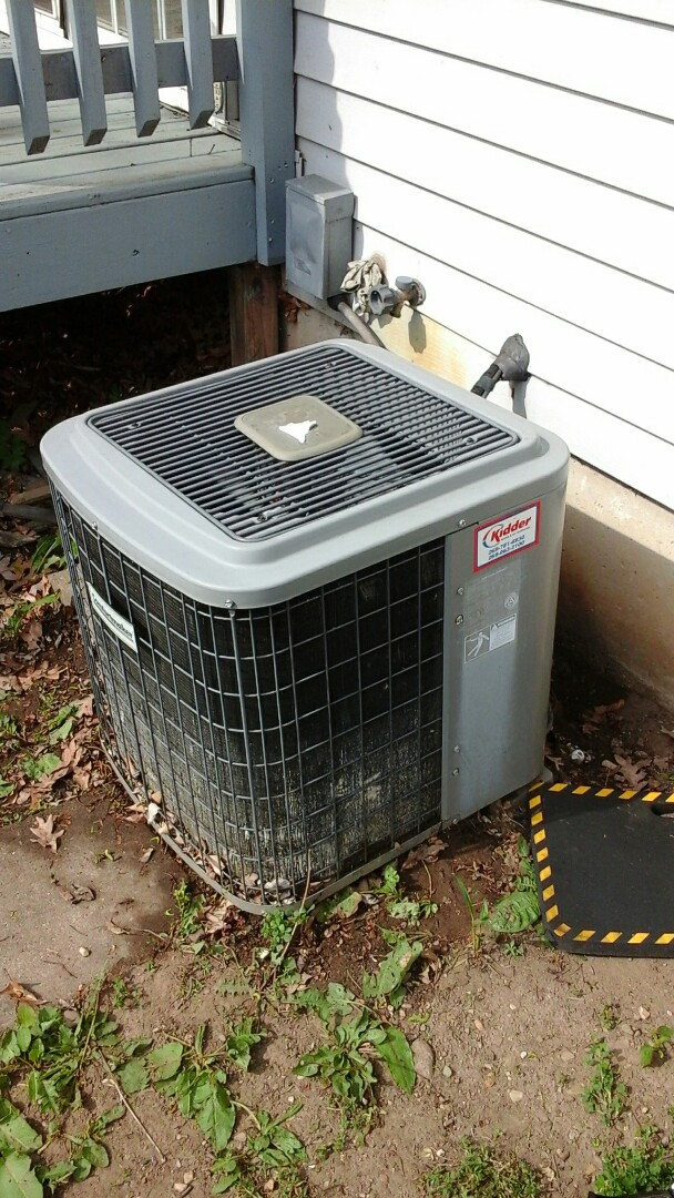 Battle Creek, MI - Yearly maintenance tune-up on a comfort maker Air conditioning unit with R - 22 refrigerant charge.