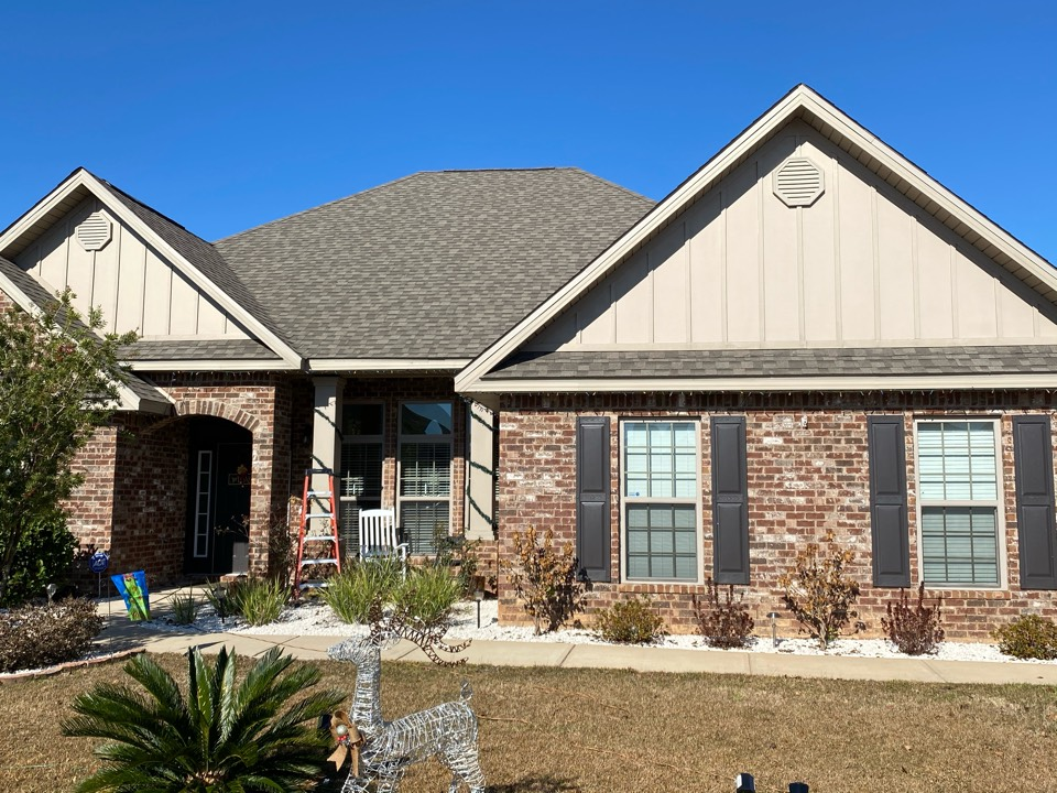 Crestview, FL - Getting ready to install 6 inch seamless gutters in clay color  on this home in Crestview Fl