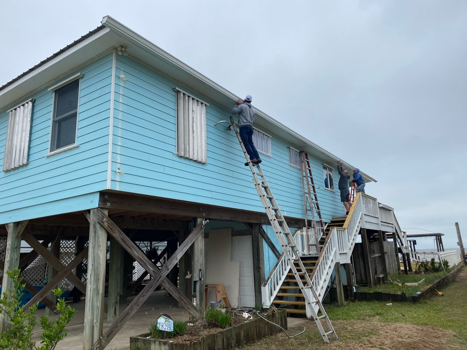 Installing a 6 inch seamless k style gutter in white color made by senox Corp here in Fort Morgan Alabama