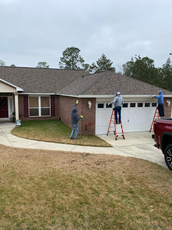 Crestview, FL - Installing 6 inch seamless gutters case tile in white made by Senox Corp. here in Crestview Florida