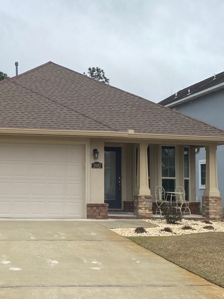 Navarre, FL - Install 6 inch seamless gutter and downspouts on this home in Navarre Florida