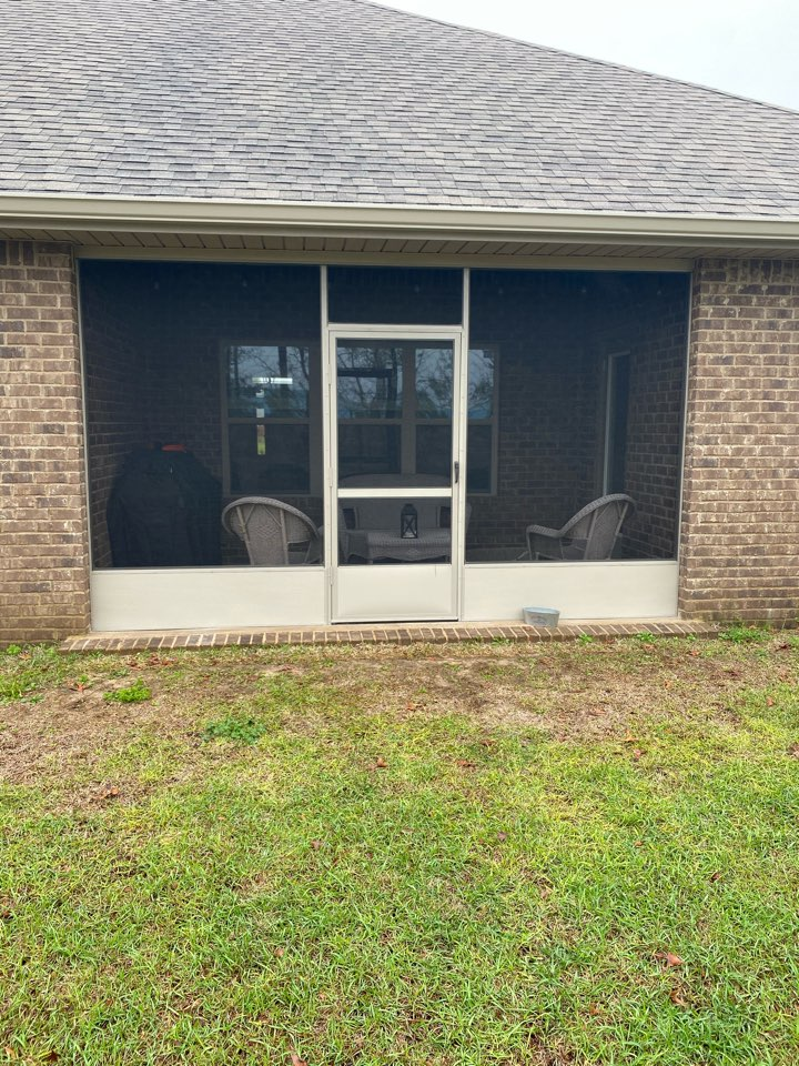 Crestview, FL - Installed a brand new screen room and 6 inch seamless gutters on this home in Crestview Florida