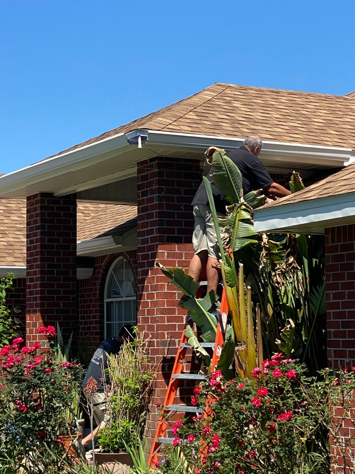 Navarre, FL - Install new 6 inch seamless gutters and downspouts on this home in Navarre Florida