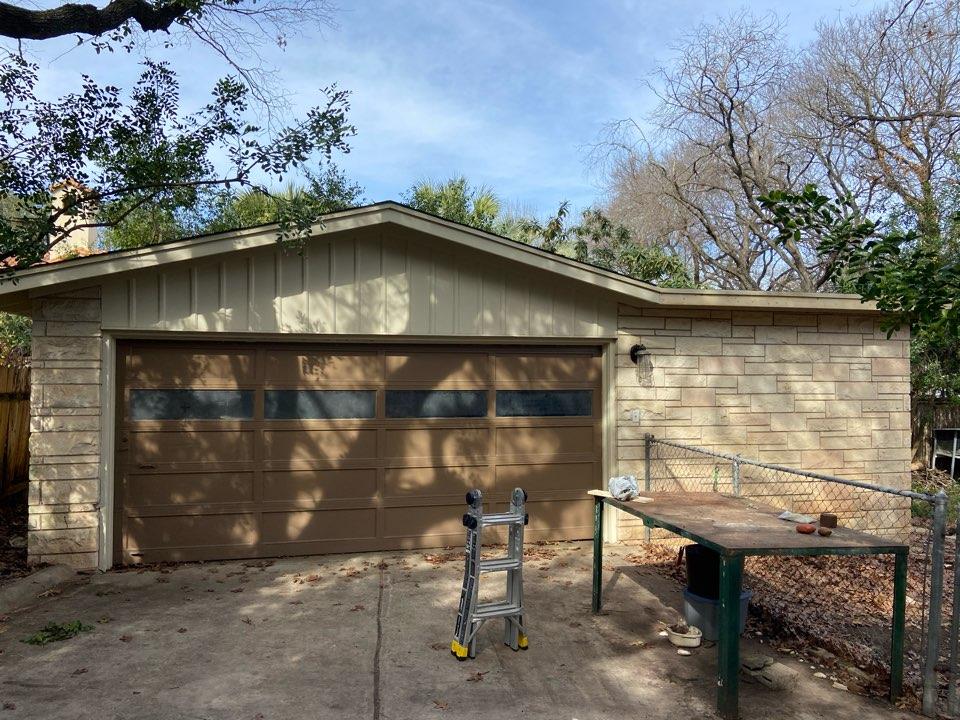San Antonio, TX - We installed Oxford Grey Tamko Heritage Dimensional shingles on a garage.