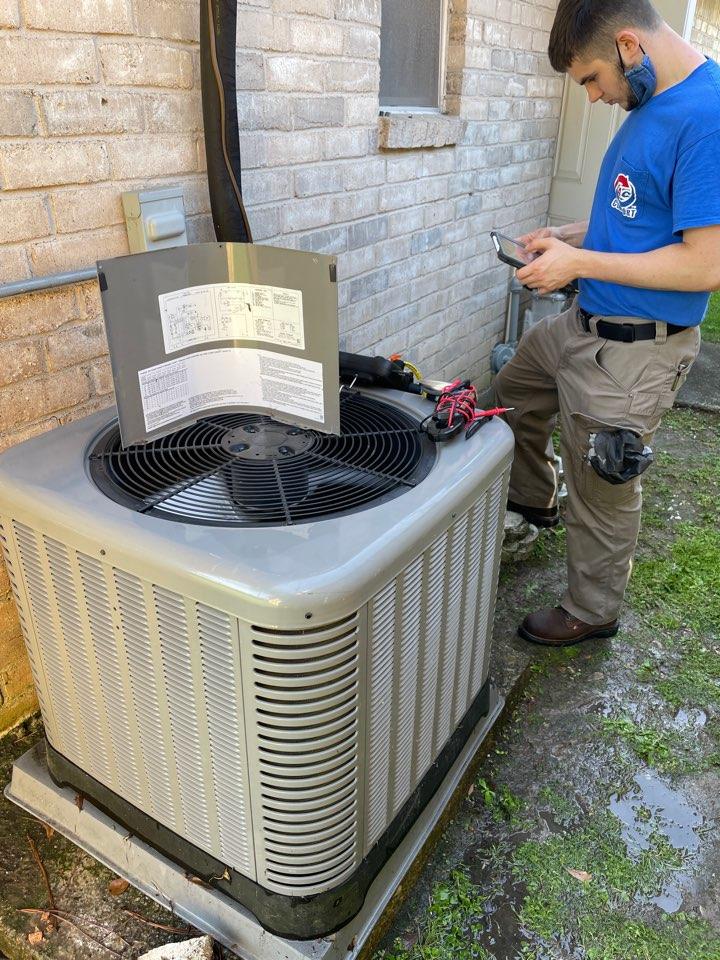 Houston, TX - A/C maintenance on 2.5 Ton RUUD equipment.