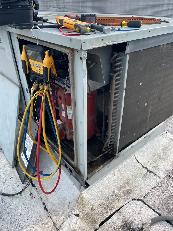 Houston, TX - Repairing refrigerant leak in package unit. Emergency call