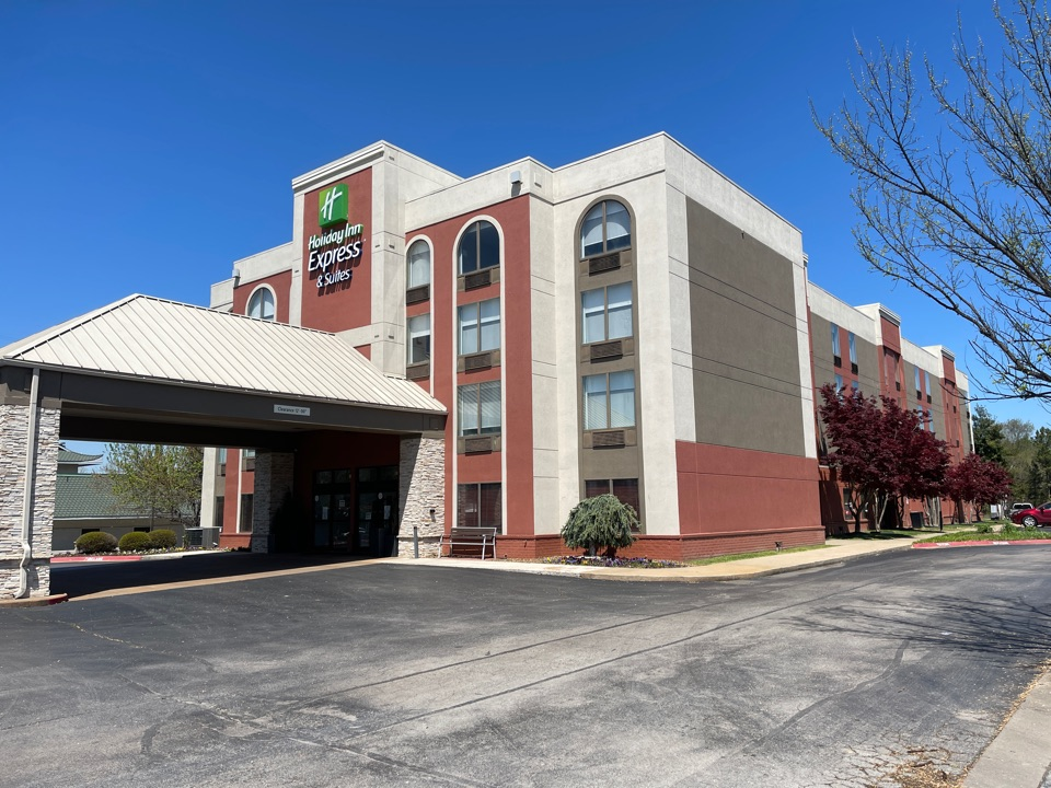 Bentonville, AR - QAR is Starting the Roof install at Holiday Inn Express in Bentonville, Ar, today. We are installing a Silicone Fluid Applied roof system with a 20 yr NDL warranty. Call us for any commercial roofing needs.