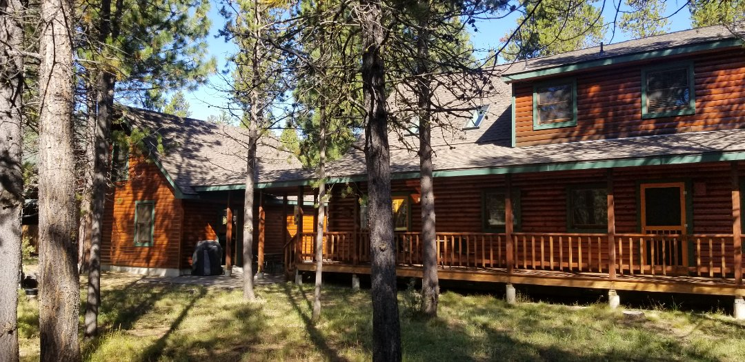 Bend, OR - These new GAF Timberlin HD Weatherwood Shingles look amazing on this log home. Installed By Deschutes Roofing Company.