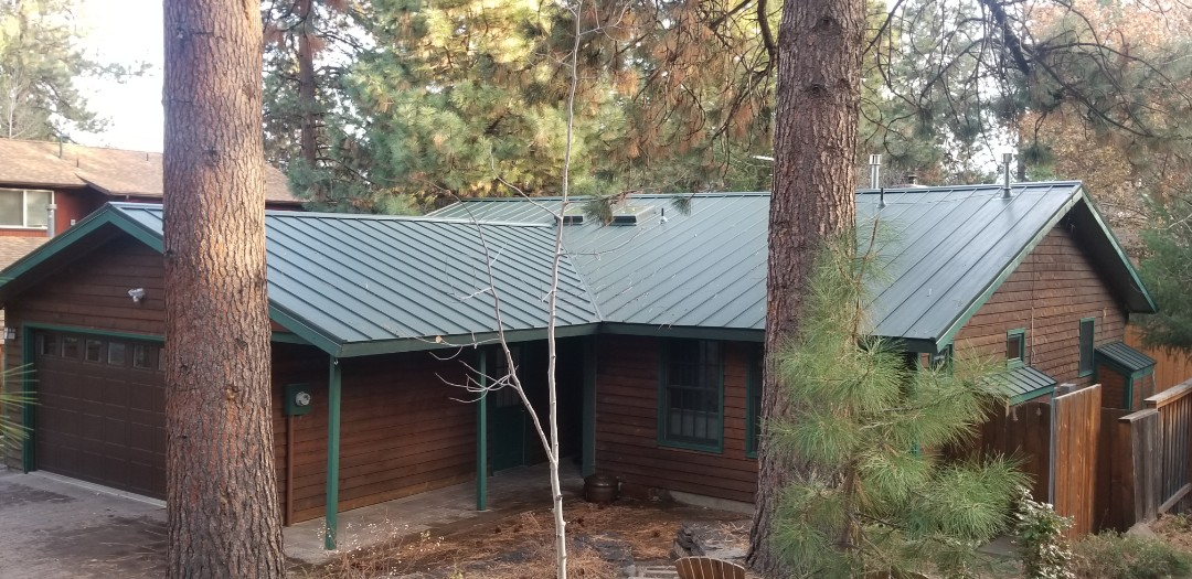 Bend, OR - Amazing looking Hunter Green Long Butte Metals Holly Panel. Installed by Deschutes Roofing Company!