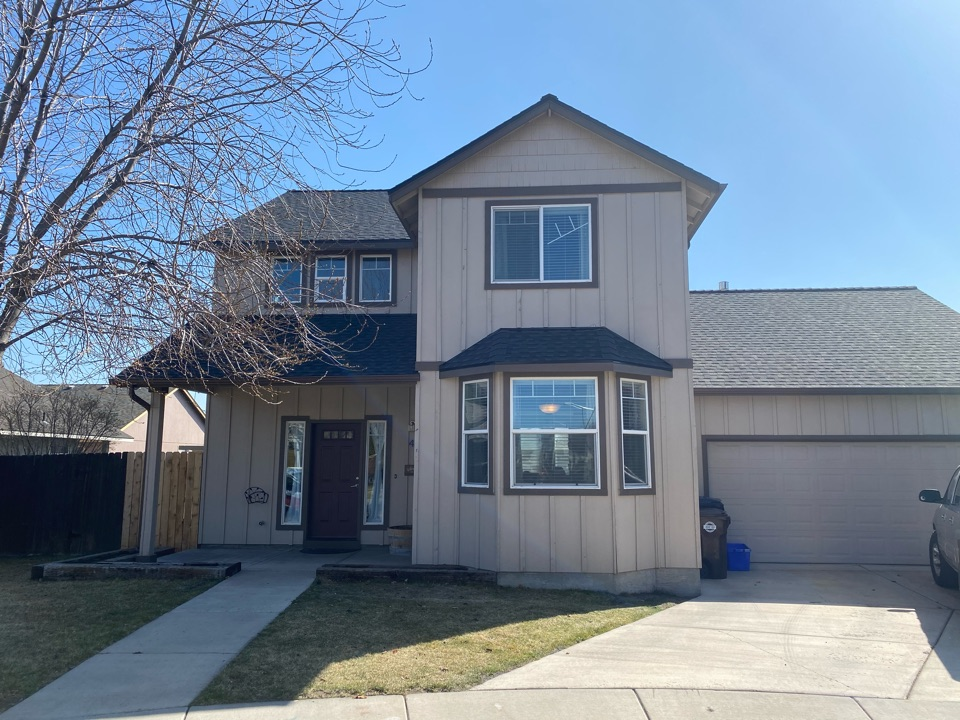 Redmond, OR - Another beautiful roof installation by Deschutes Roofing. Installation of GAF timberline HDZ charcoal asphalt shingles.