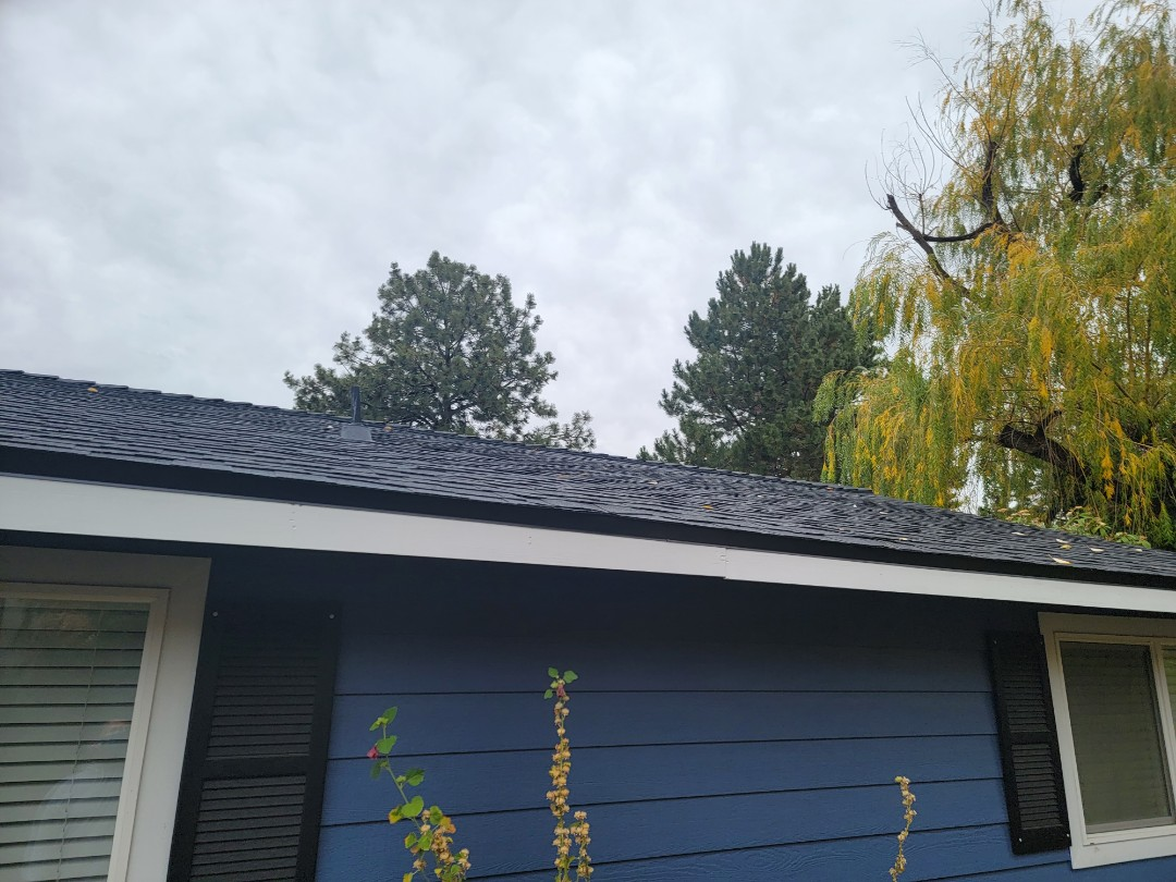 Bend, OR - Another roof installed using GAF Timberline HDZ Charcoal.