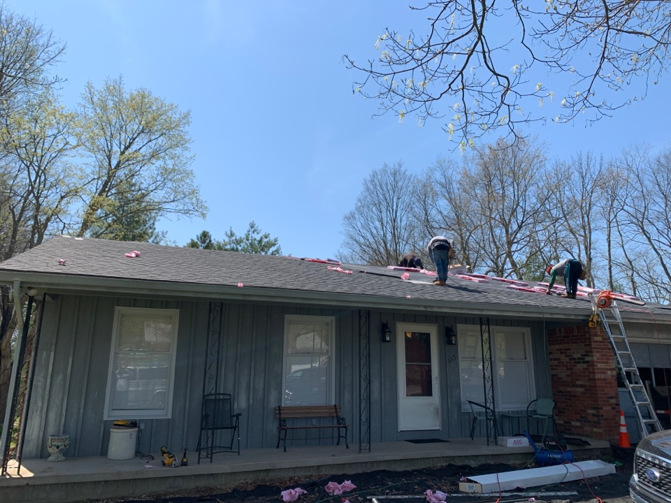 Shelbyville, KY - New Owens Corning Oakridge roof going on today