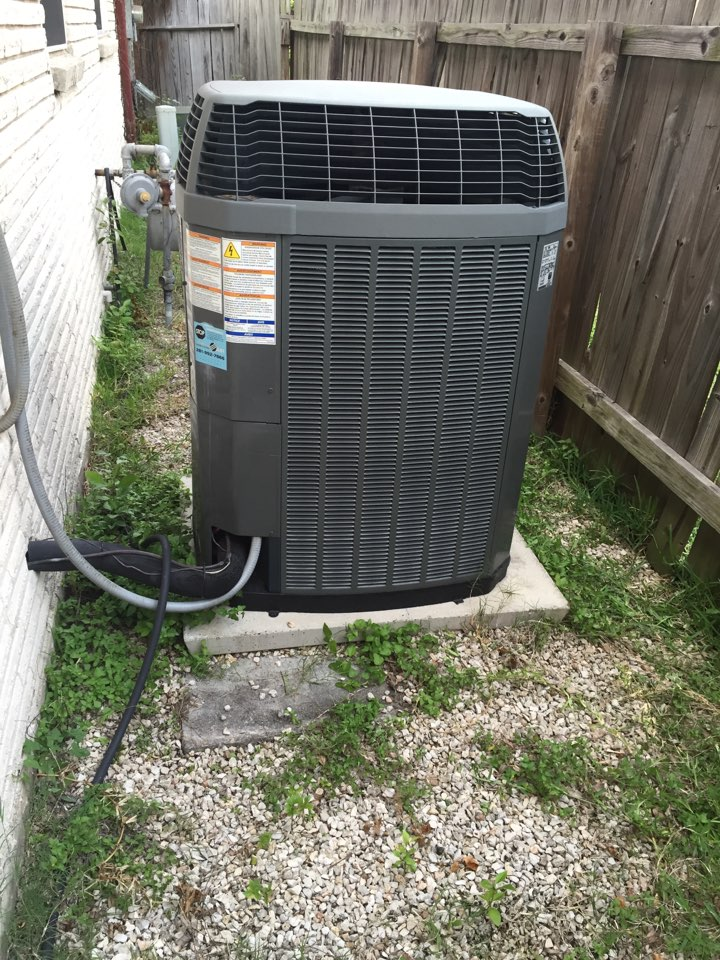 Houston, TX - Replace run capacitor on condensing unit
