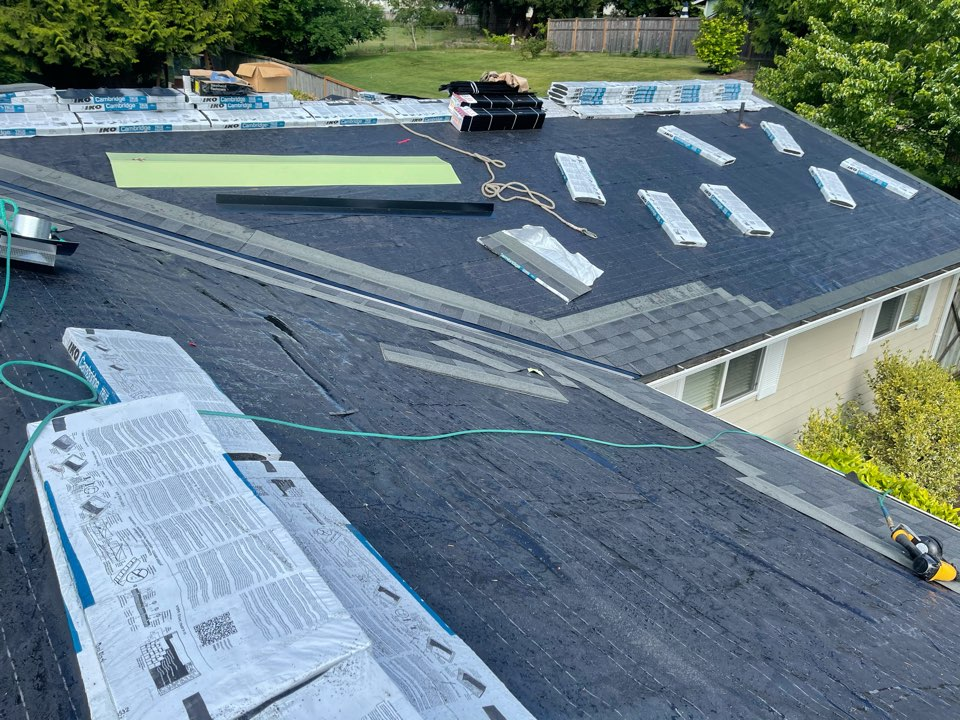 Everett, WA - Re roof tear off old roof and installing iko dual black shingle