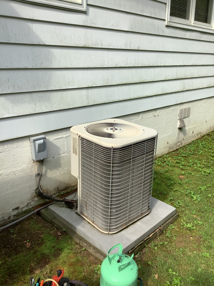 Abingdon, MD - Service a air conditioner system. Fix a Lennox air conditioner