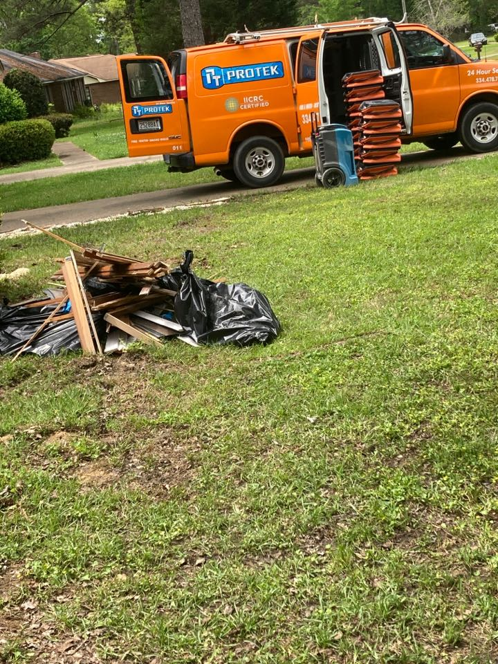 Selma, AL - Protek picking up equipment and debris from a water mitigation for a satisfied customer in Selma.