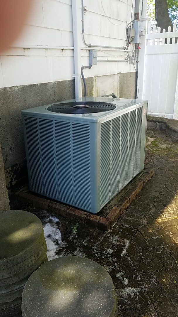 Massapequa Park, NY - Preforming mantainance on split system cleaning coils changing filters checking pressures