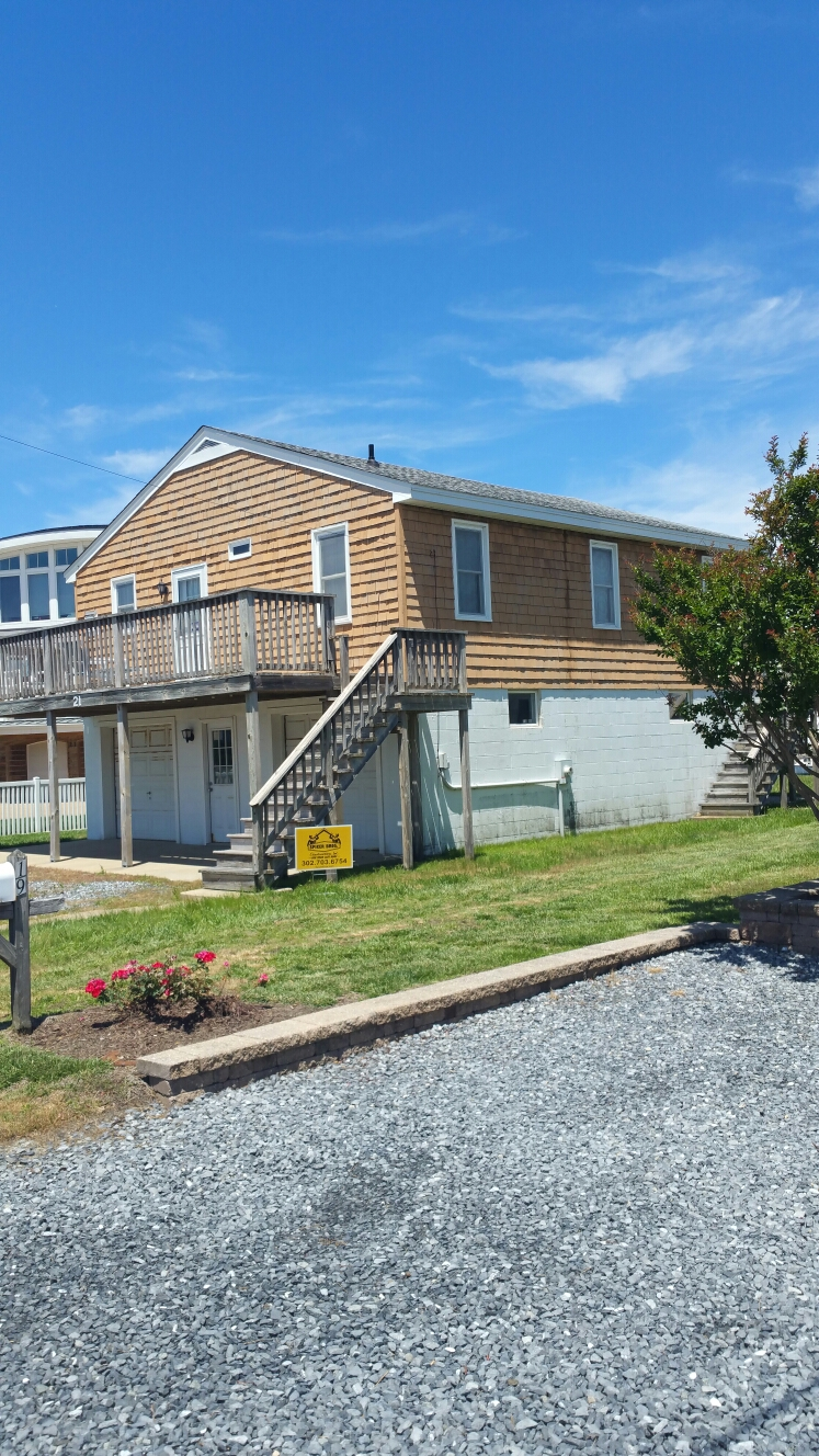 Fenwick Island, DE - Spicer Bros Constuction removed one layer of shingles in Fenwick Island, DE and install new GAF Timberline HD shingles Fox Hollow Gray in color on Essex Street.