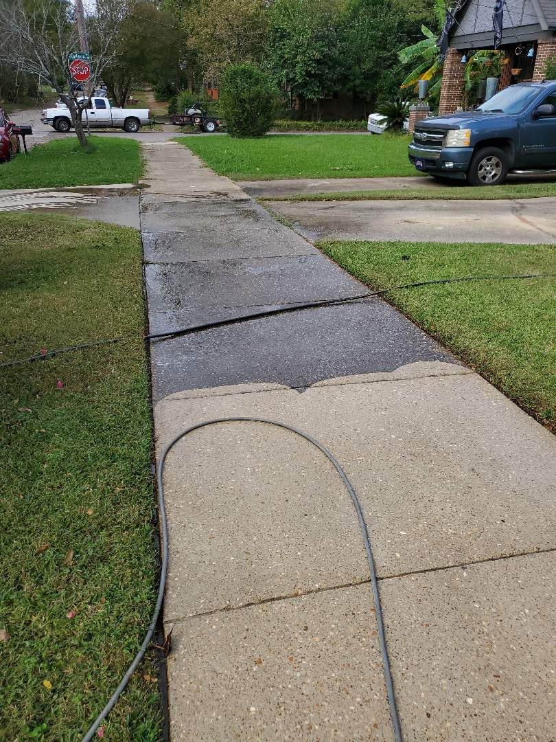 Montgomery, AL - Driveway and side walk pressure washing