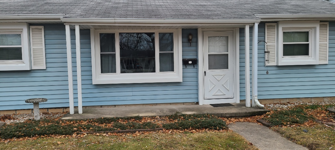 Green Bay, WI - Windows by Unlimited double hung picture double hung.   Therma Tru fiberglass smooth star entry door.