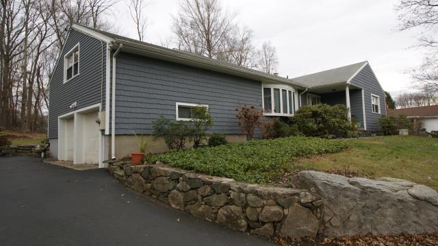 Stamford, CT - CertainTeed Cedar Impressions Staggered vinyl siding in Flagstone