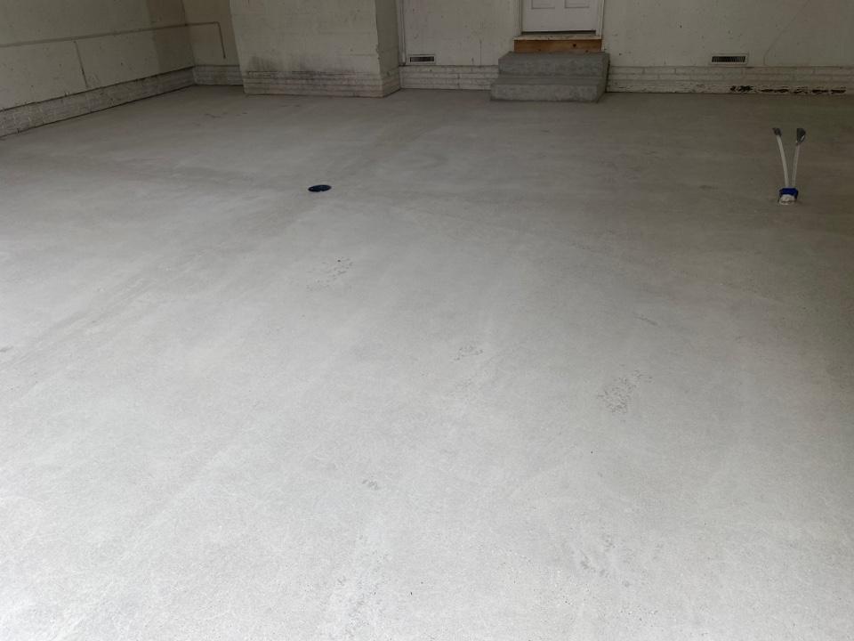 Dubuque, IA - We are near Dubuque Iowa Laying polyurea chip floor down in this garage.
