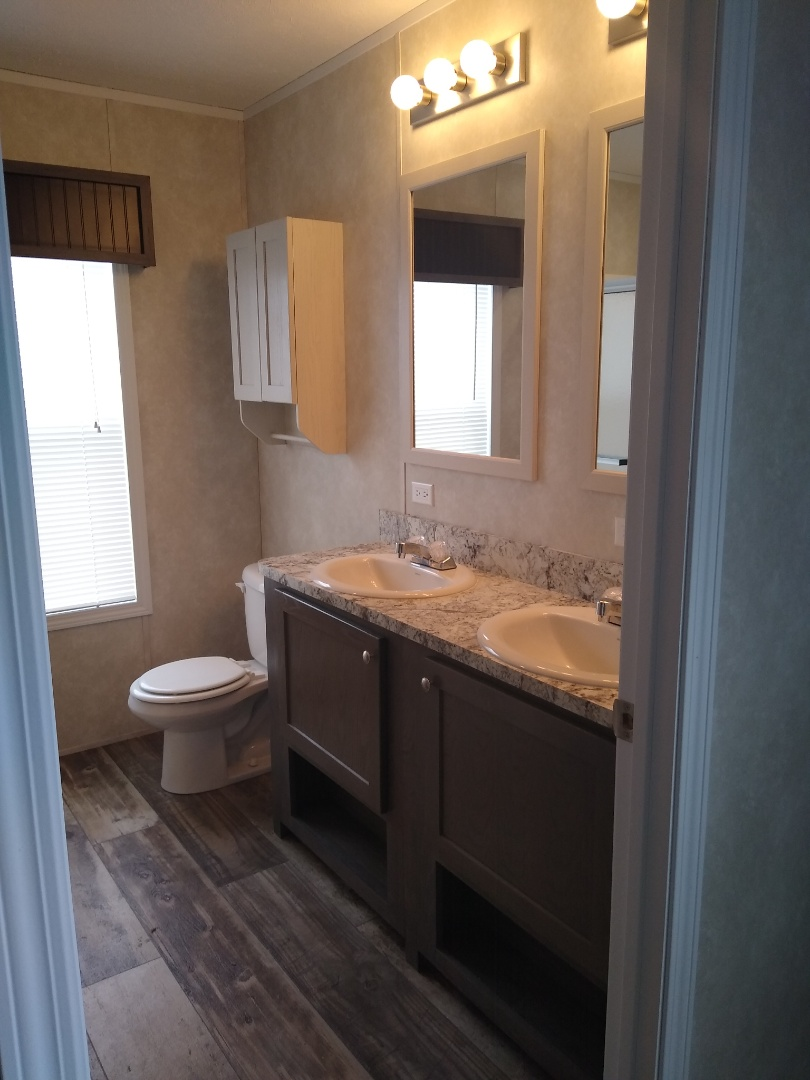 Pella, IA - 2019 Fairmont 16x80 Master Bathroom
