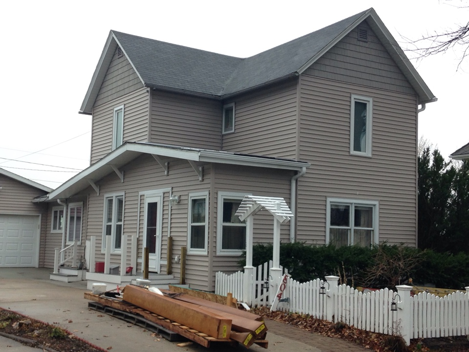 "Reinbeck, IA - What a beautiful home! 16'4"" vinyl siding and shake! Many thanks to our great crew!!"