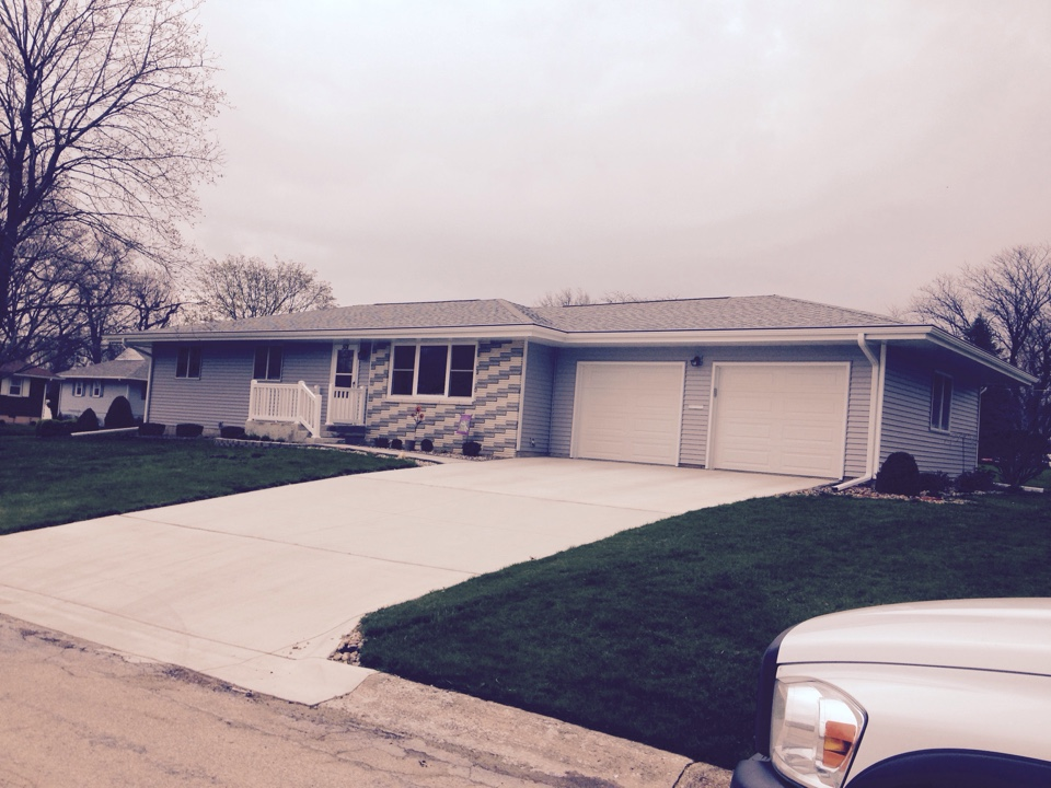 Oelwein, IA - Vinyl siding, seamless gutters, soffit and fascia, and gutter helmet