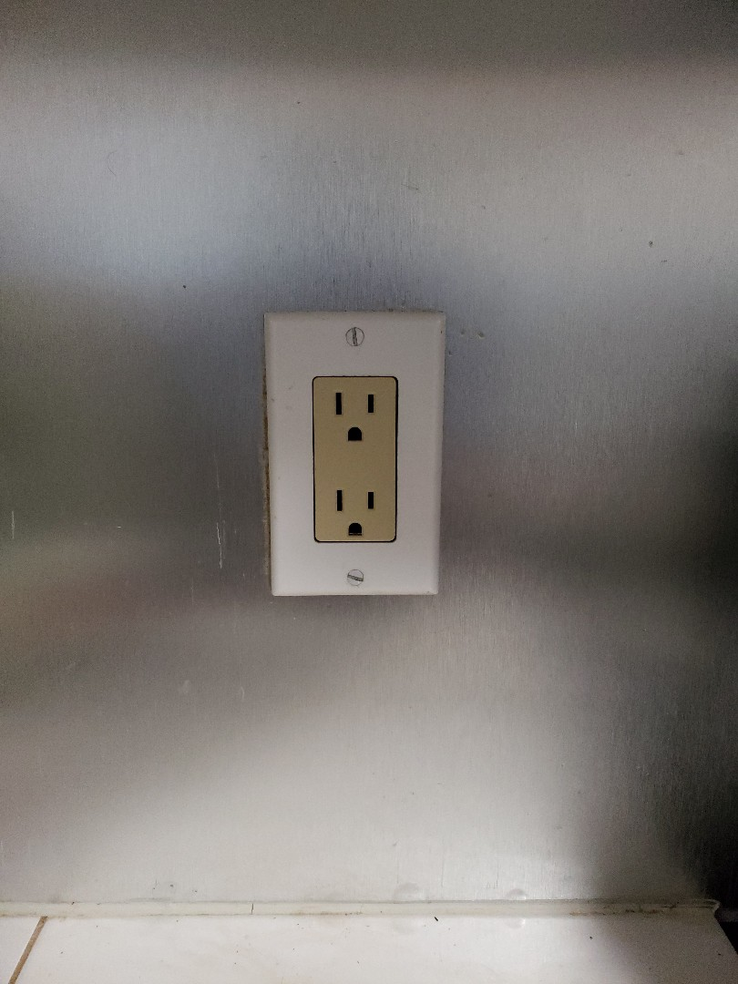 Hollywood, FL - Wall outlet out