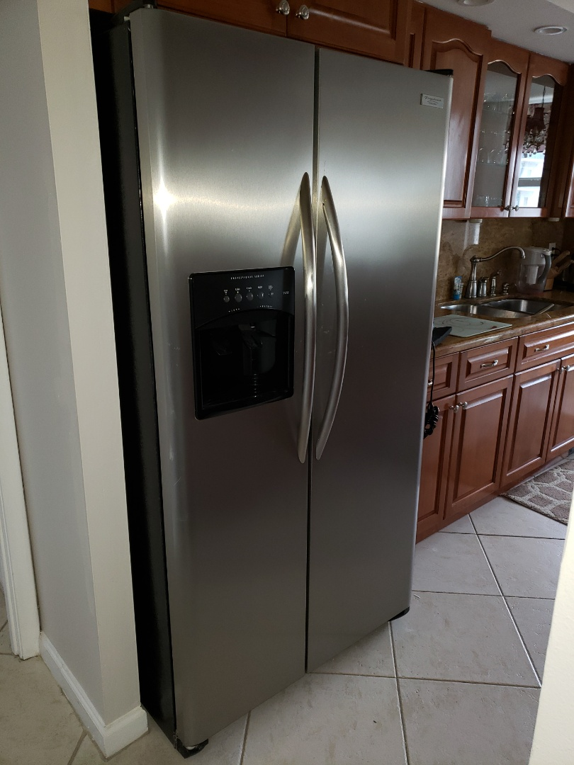 Hollywood, FL - ELECTROLUX fridge not cooling