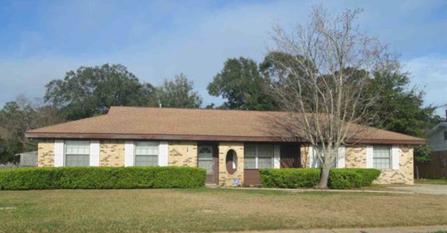 Home Listing in Pensacola, FL. 4 Bedroom, 3 Bath home in Scenic Heights.  Pensacola Realtor specializing in being a sellers agent, buyers agent, and military relocation professional.
