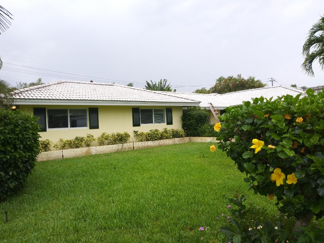 The Capitain Painter team no stop at Fort Lauderdale family home pressure clean roof and house exterior  body prepare to be a painting job.