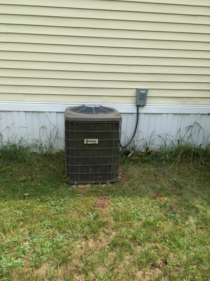 Howard City, MI - Air conditioning not keeping up with the heat.   Low refrigerant level.