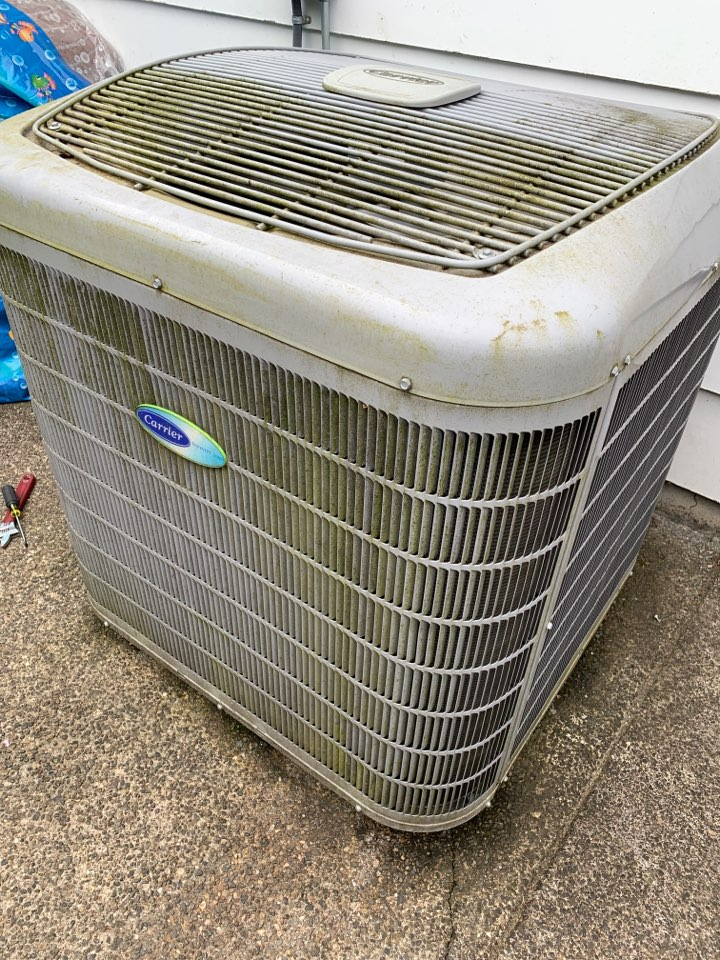 Spanaway, WA - Working on an older Carrier heat pump in Spanaway wa. Customer has a VIP maintenance agreement so he pays no extra charge for weekend service.