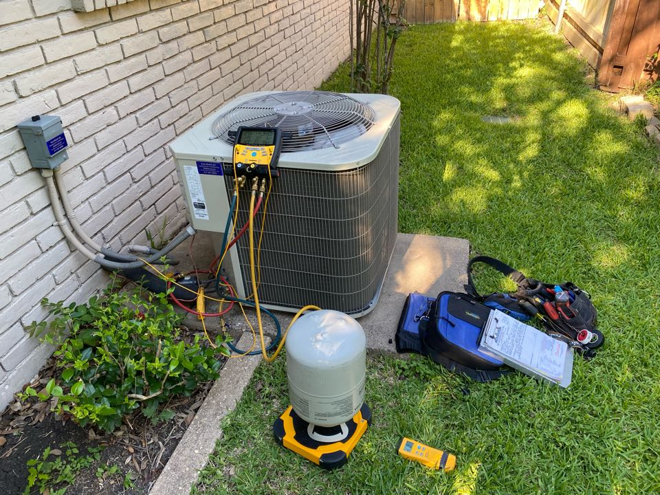 Fort Worth, TX - Emergency AC repair Fort Worth Texas working on a carrier air-conditioning system leaking refrigerant R410a