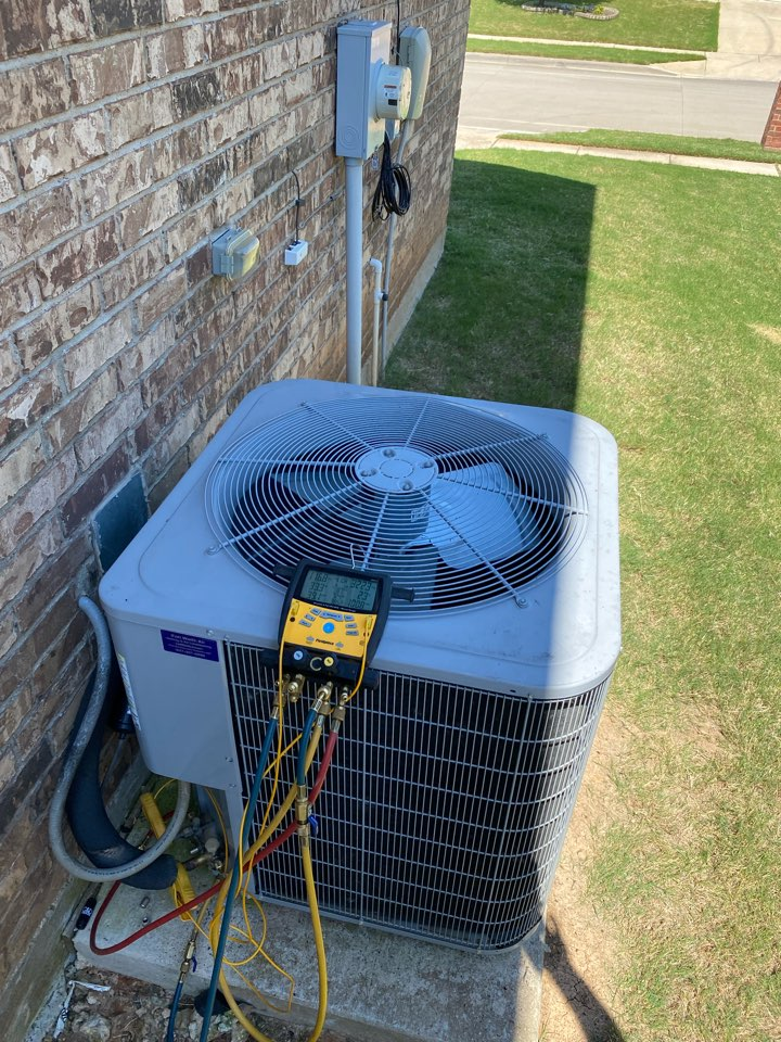 Fort Worth, TX - Emergency AC repair in North Tarrant county Fort Worth Texas working on a carrier air-conditioning system heat pump