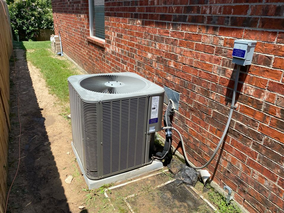 Fort Worth, TX - Emergency air conditioning repair in Lake worth Texas working on a LENNOX air-conditioning system we had to clean the condensing coil replace a run capacitor and charge the unit with refrigerant