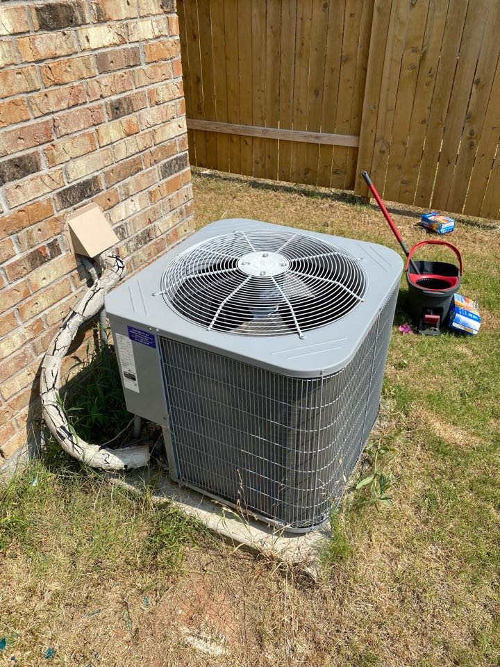 Fort Worth, TX - Air conditioning repair working on yet another carrier air conditioning system dual run capacitor failure