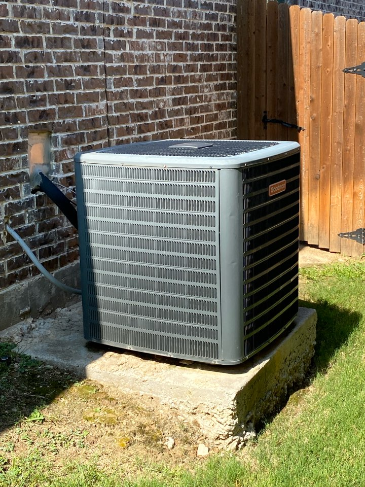 Fort Worth, TX - Heating Air Conditioning service and repair in Fort Worth Texas working on a Goodman Air Conditioning System this one we're gonna end up replacing the unit all together